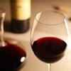 テーブルにあるワイングラス