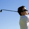 ゴルフスイングしてる人